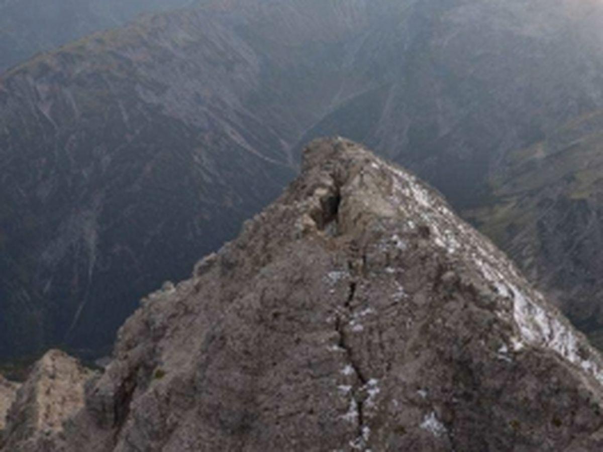 Gipfelbereich und die durchgreifende Ostspalte | Gutachten Landesgeologie Tirol, 25.09.2014